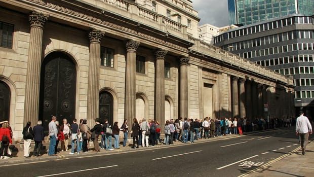 By Cristian Bortes from Cluj-Napoca, Romania (London - Queue at Bank of England) [CC BY 2.0], via Wikimedia Commons