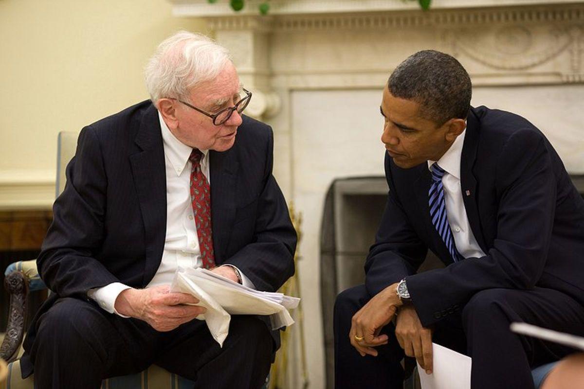 Warren Buffett in the Oval Office, July 14, 2010. Pete Souza [Public domain], via Wikimedia Commons