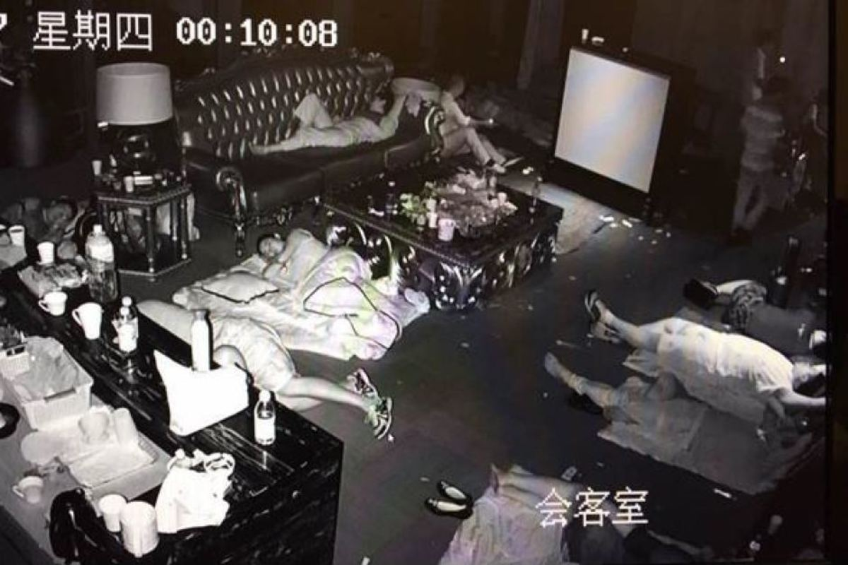USGFX staff sleep in their office during an investor dispute. (WeChat)